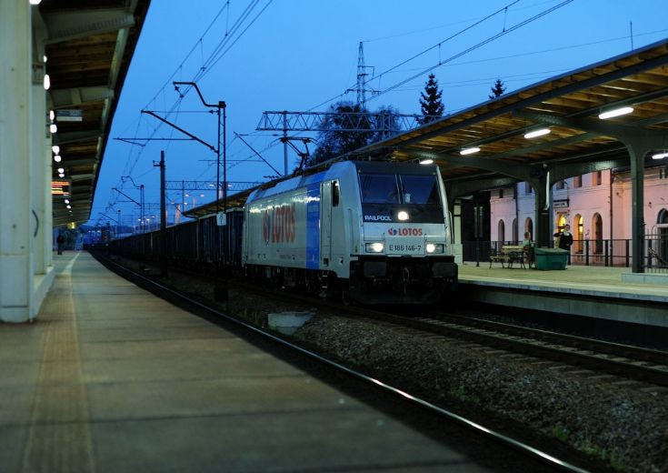 Traxx F140 MS in Lotos livery passes Gdansk Oliwa
