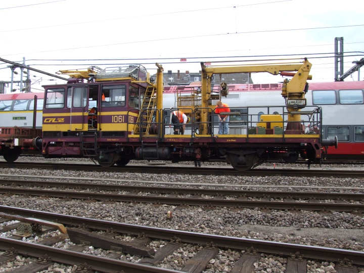 CFL 1061 doing overhead lines maintenance