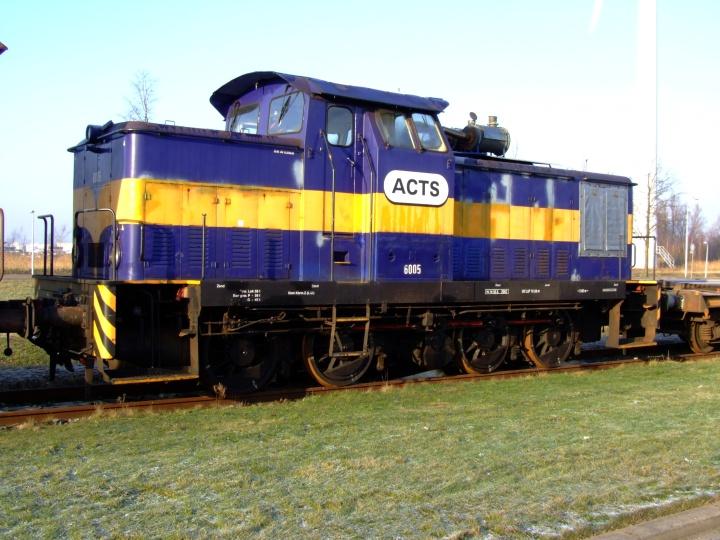 Train Photos - Diesel locomotive pulling freight train